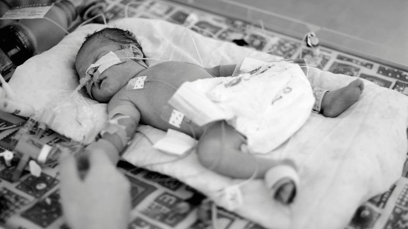 Præmatur med mor i hånden