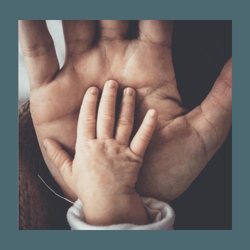 Babyhånd i fars hånd