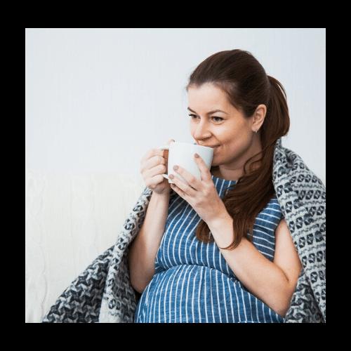 Kvinde, der drikker te