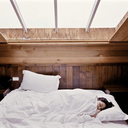 kvinde i seng